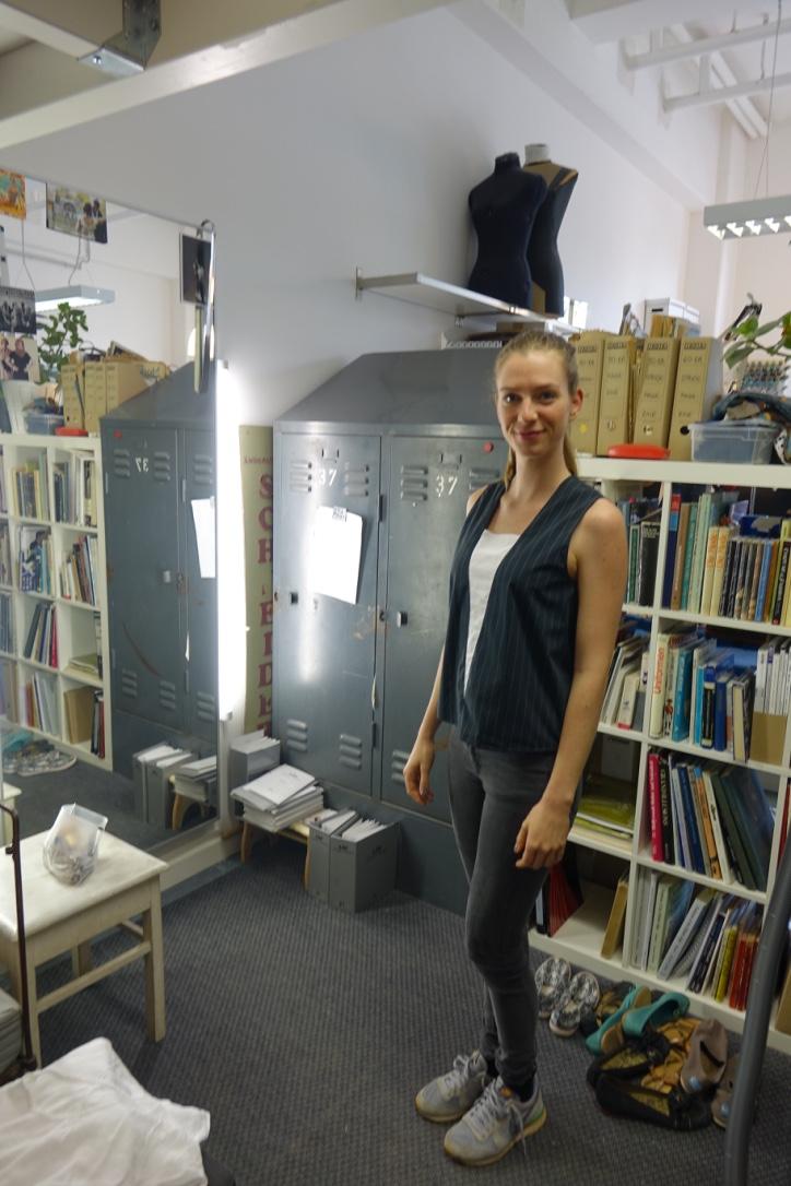 Model Hanna in der Umkleide Ecke